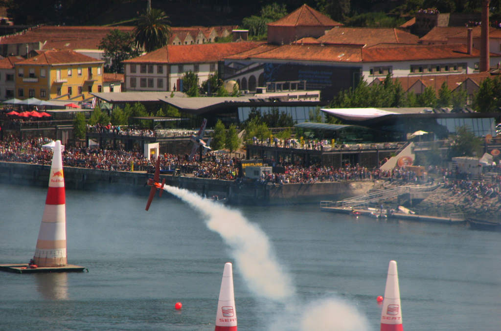Red Bull Air Race over de Douro rivier in Porto Portugal